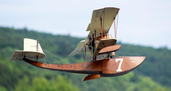 Wasserflug mit Oldtimer-Racern