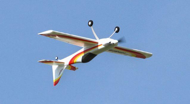Dynamischer Kunstflug mit dem Acro Wot Foam-E