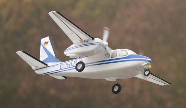 Zweimotorige Aero Commander für In- und Outdoor
